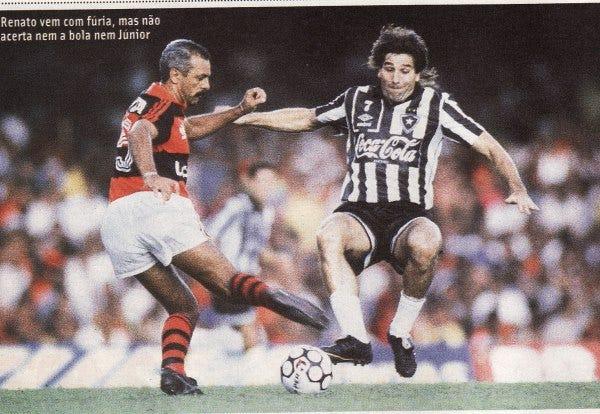 Anos 90 Renato vem com fúria, mas não acerta nem a bola nem Júnior