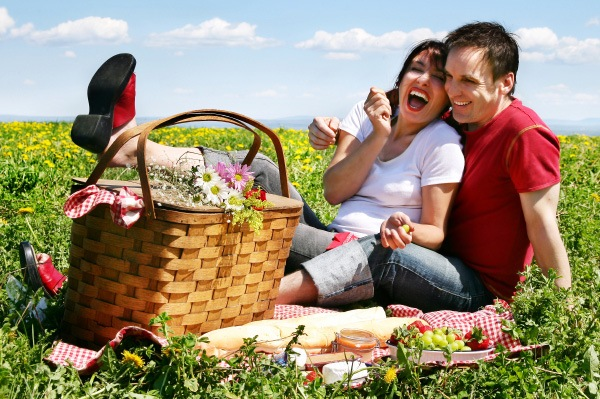 happy-couple-picnic