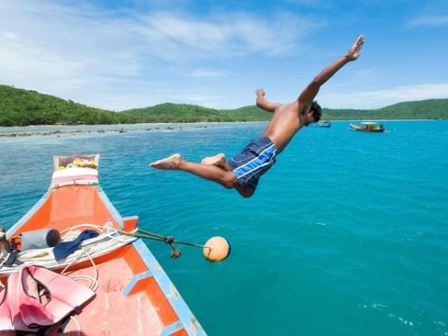 Thailand, Koh Taen, Insel vor Koh Samui, Mann springt vom Boot ins Meer, Trauminsel, Asien, 2010, QF; (Bildtechnik: sRGB, 34.48 MByte vorhanden) Landschaft, Aussicht, Sprung, springen, Wasser,