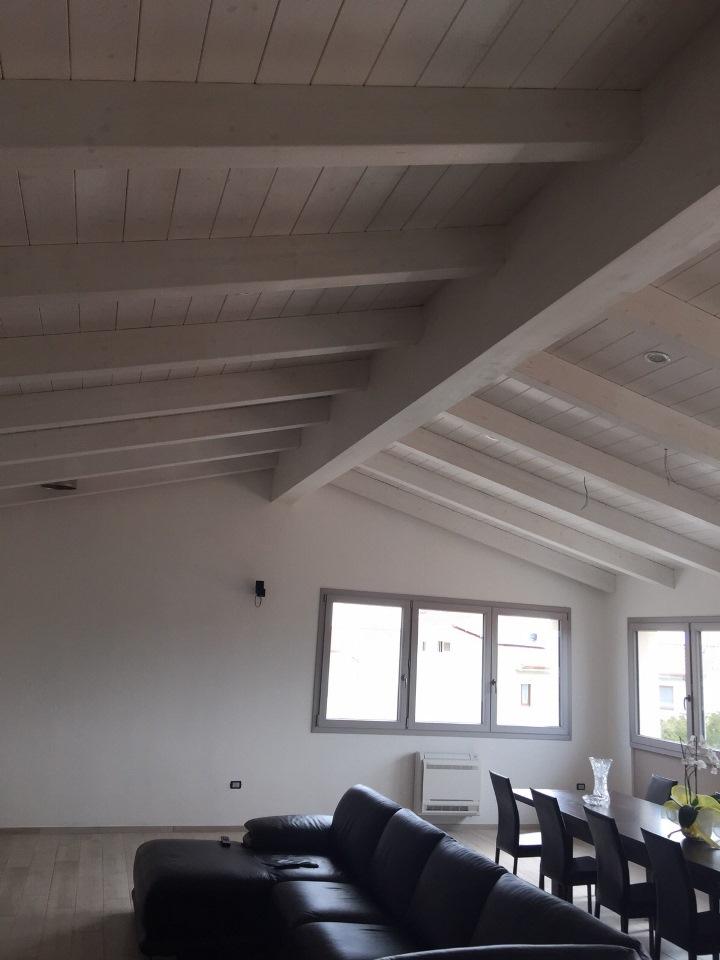 Una nuova mansarda con tetto in legno per una casa in