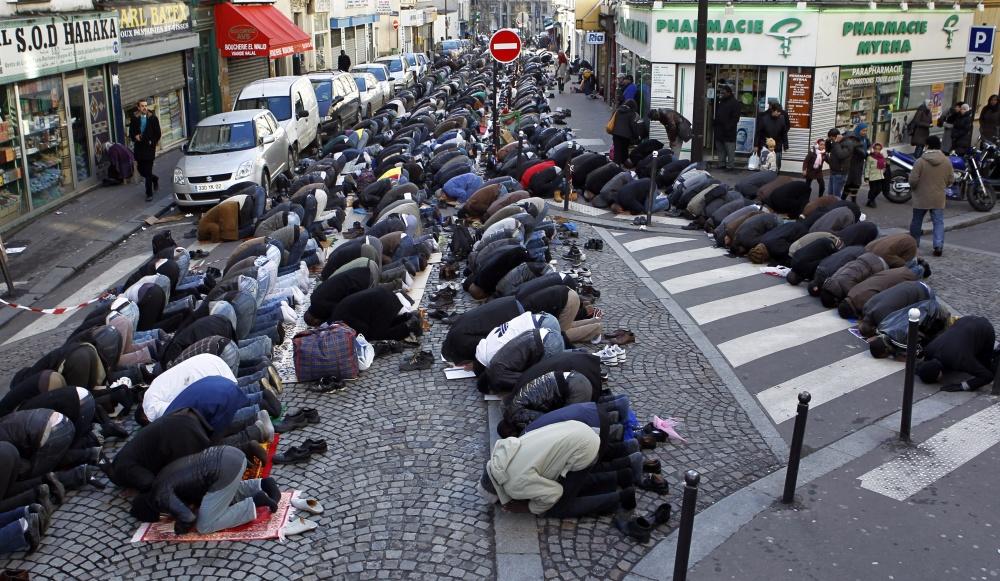 Musulmans-de-Paris-une-caserne-pour-prier.jpg