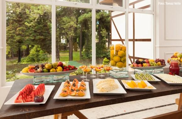 café-da-manhã-incluso-hotel-campos-do-jordao-variedade-frutas-fartura-hospedagem-alimentação-saudável