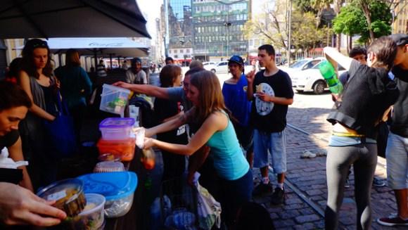 ativistas-distribuem-comida-vegetariana-a-moradores-de-rua-em-porto-alegre-vanguarda-abolicionista-veganismo-radical