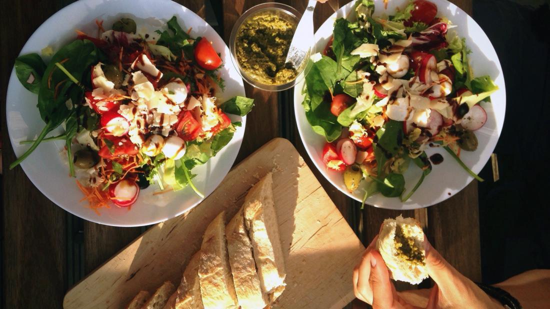 две тарелки еды, которые являются частью средиземноморской диеты