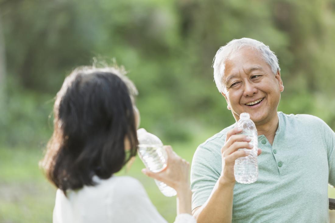 كبار السن من مياه الشرب الآسيوية الكبار