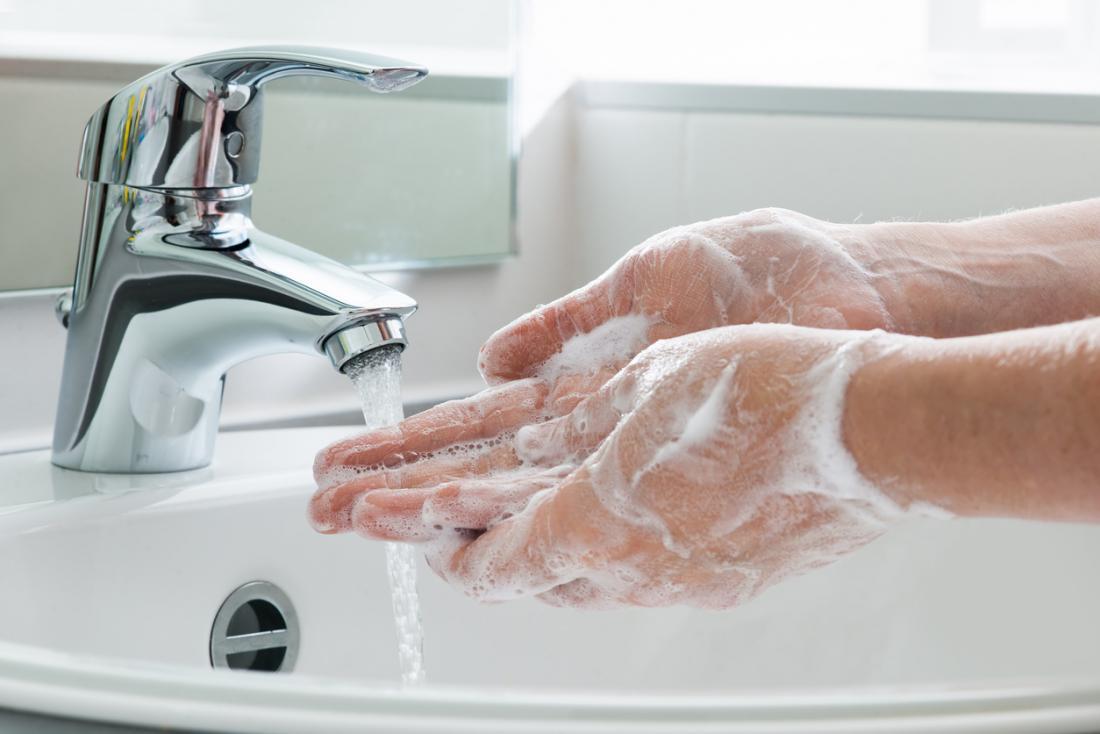 Кто-то моет руки в раковине