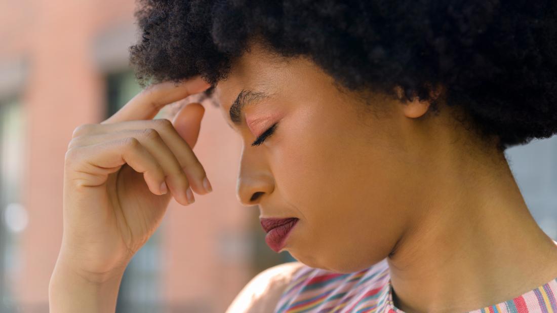 une femme souffrant de douleur au front à cause de la drépanocytose