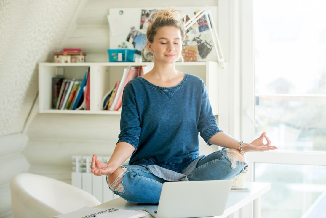 [femmes pratiquant le yoga sur une table]