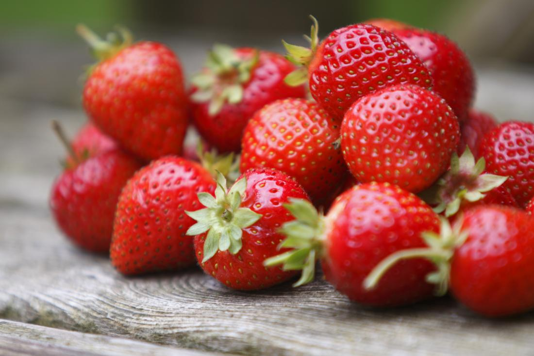 "tumble of strawberries<!--mce:protected %0A-->"" /><br /><em></em></div> <p>Berries are a popular choice for people watching their carb intake, and strawberries have the least of any berry.</p> <p>Each 100 g serving of strawberries provides <a href="