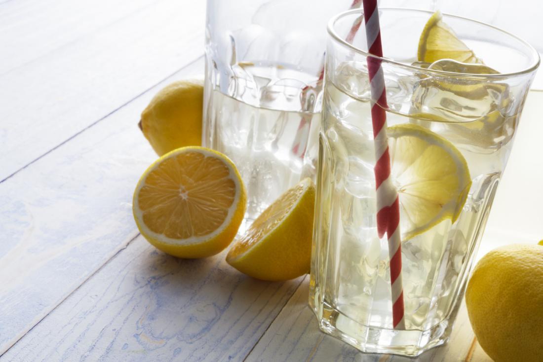 Dois copos de água com limão