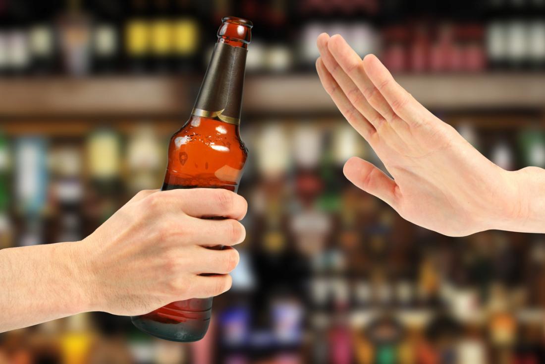 rejeitando uma cerveja