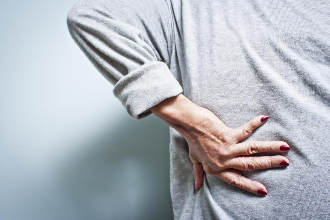 mulher sênior com dor nas costas