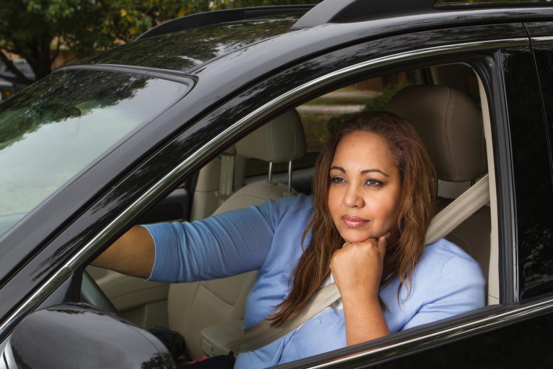 uma mulher sonhando acordada enquanto dirigia