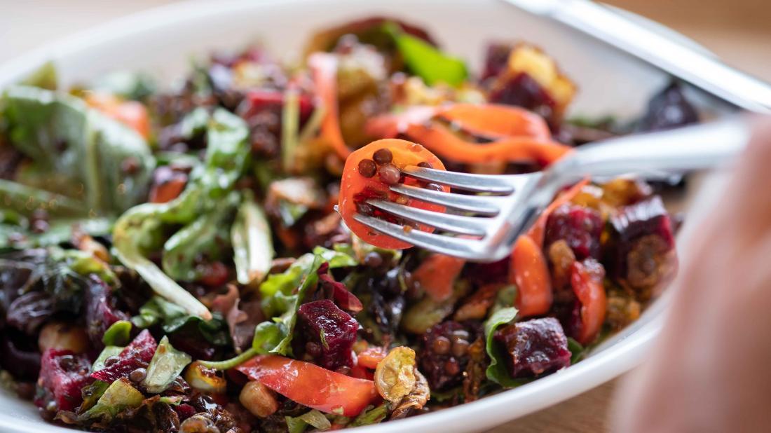 الشخص الذي يتناول طبقًا من الطعام قد يساعد في زيادة كيفية زيادة عدد خلايا الدم الحمراء