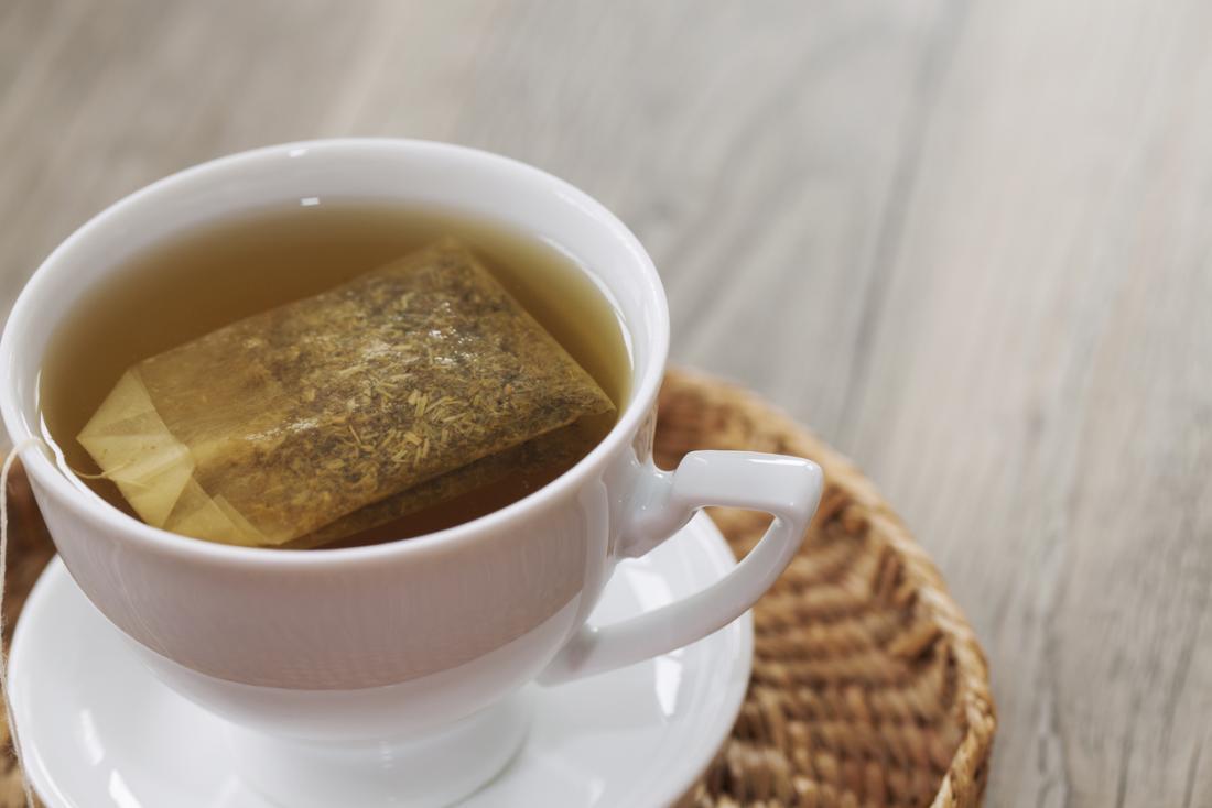 Saquinho de chá em uma xícara de chá de ervas.