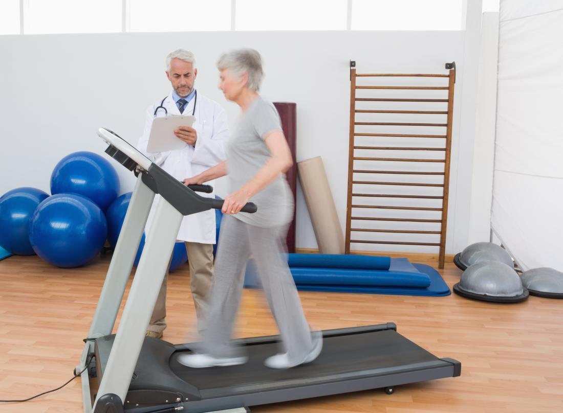 femme aînée, sur, a, tapis roulant, dans, a, milieu médical