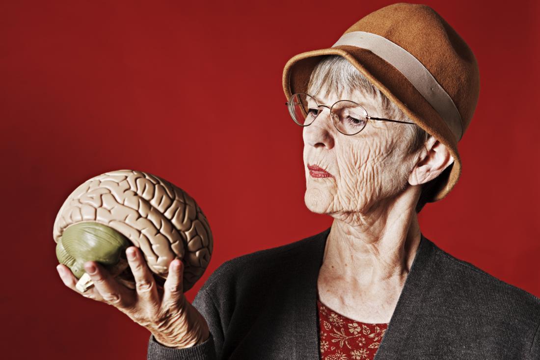 Adulto mais velho, olhando para um cérebro