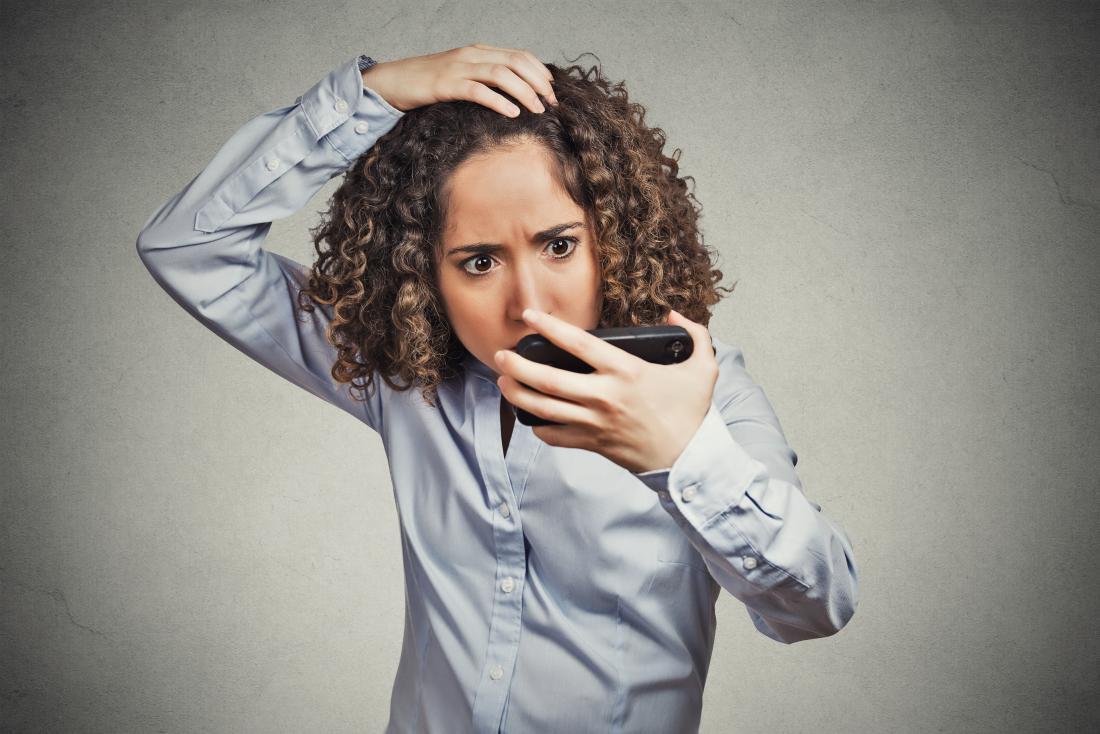 탈모 및 탈모증을 경험하는 여성입니다.