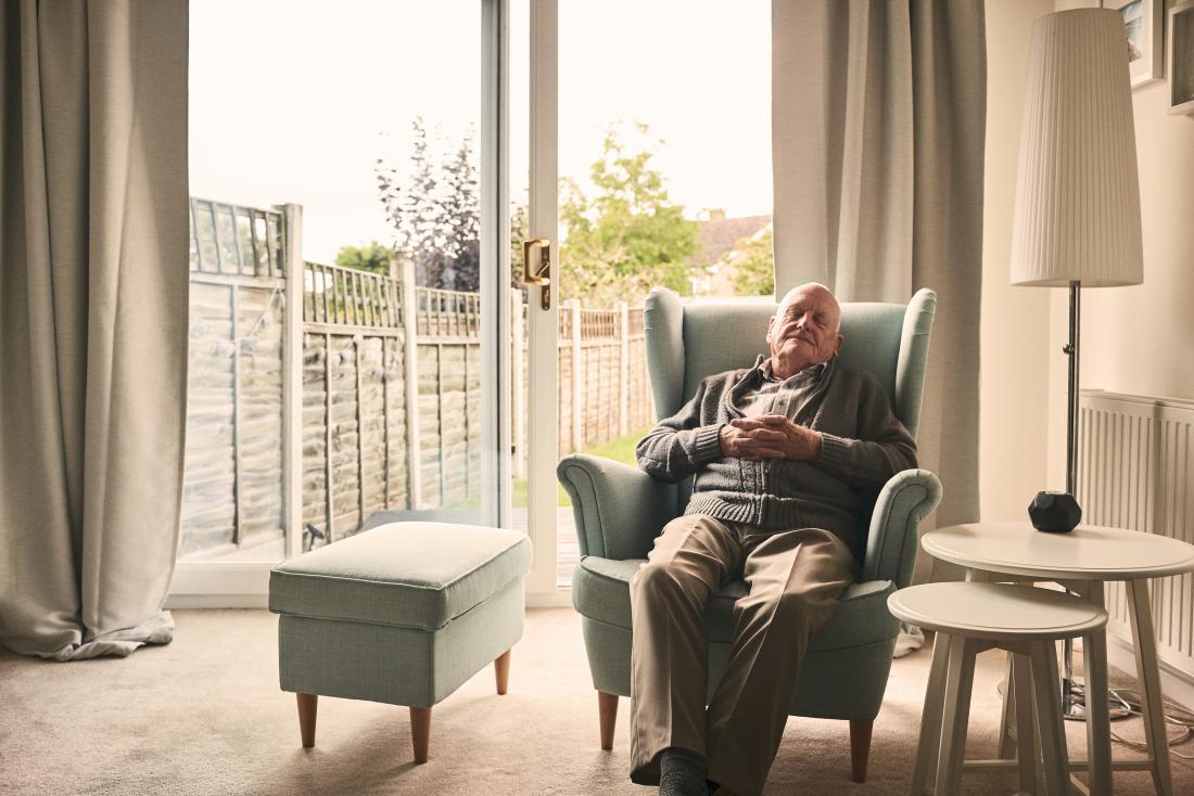homem mais velho, descansando em uma poltrona