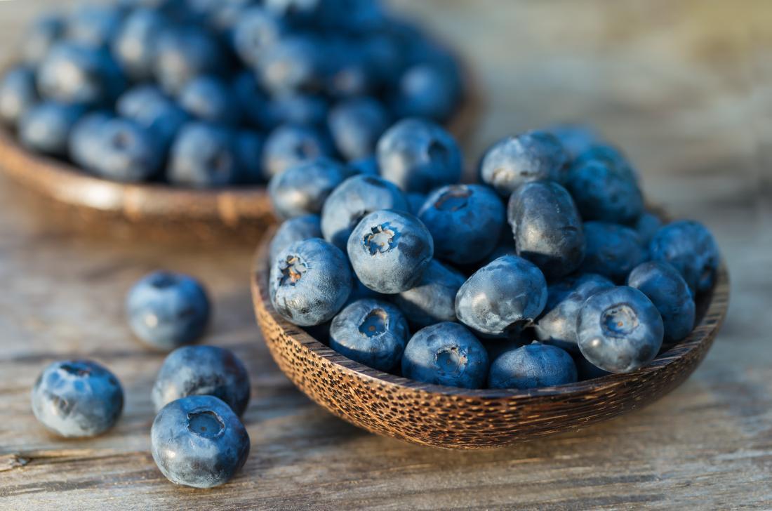 在一个碗里的蓝莓促进免疫系统。