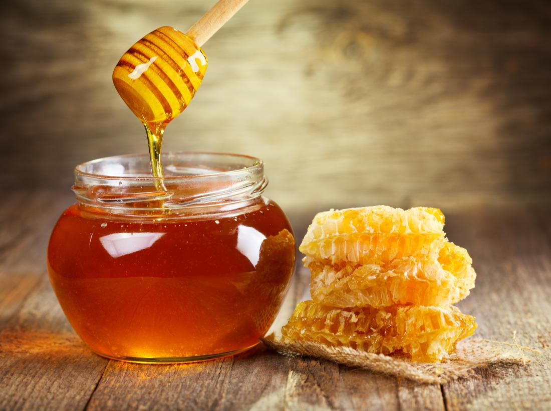 Honey in a pot and honeycomb which is a home remedy for bee stings