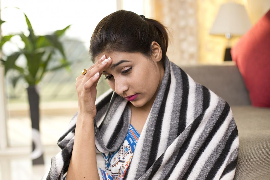 امرأة مصابة بالصداع والبرد الناجم عن فيروس نقص المناعة البشرية
