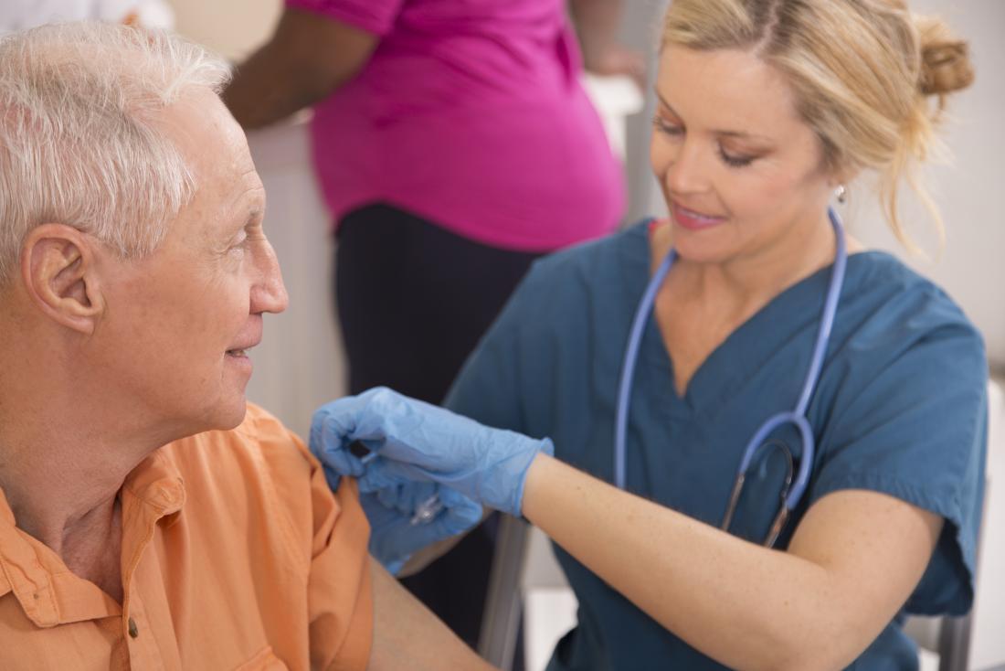 Infirmière administrant un vaccin contre l'hépatite b