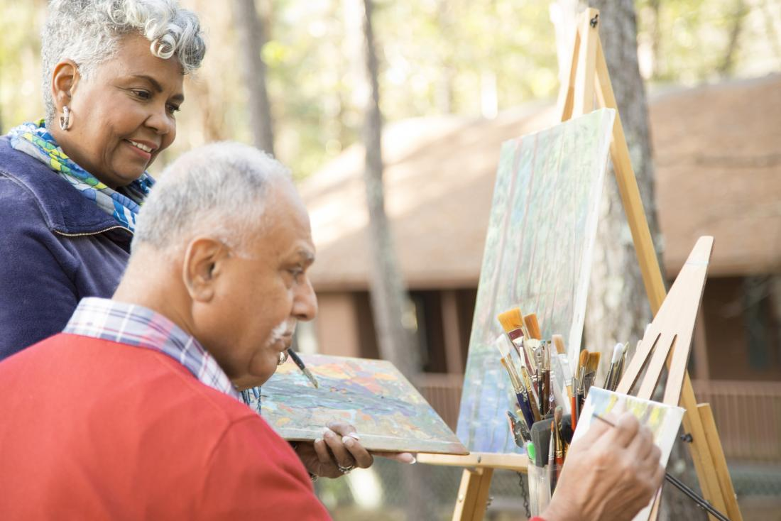 Старшие зрелые люди занимаются живописью и арт-терапией на открытом воздухе