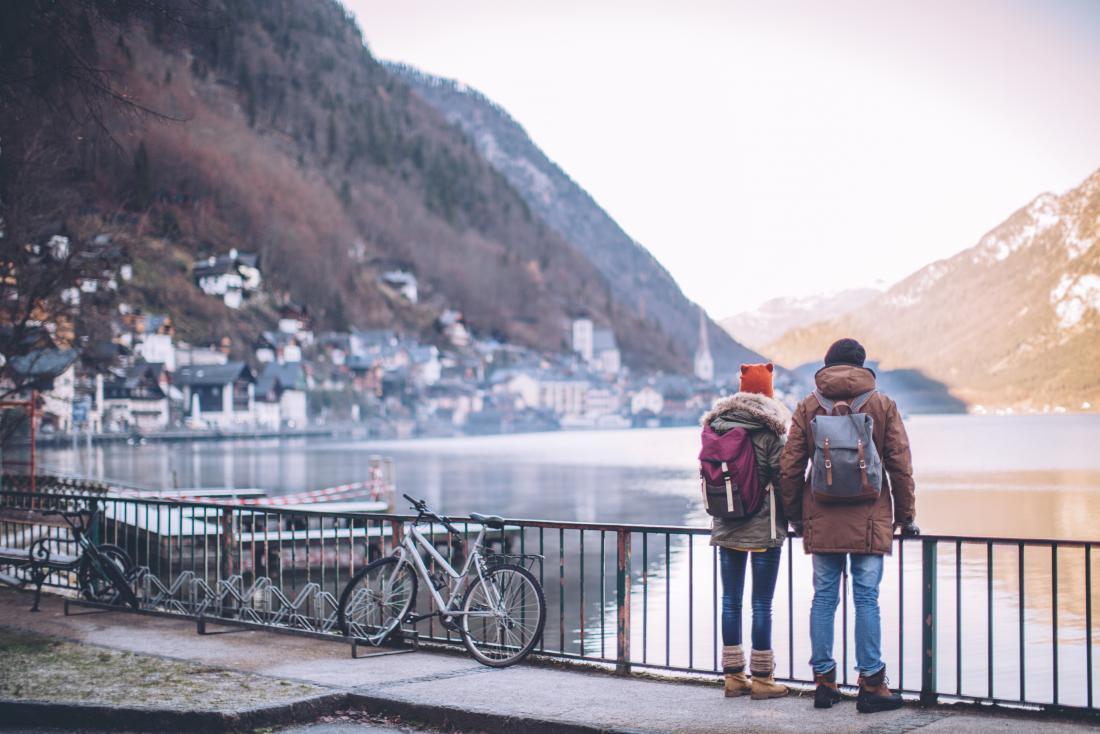 man and woman outside in the cold - Ini 5 Penyebab Intoleransi Dingin yang Perlu Diketahui