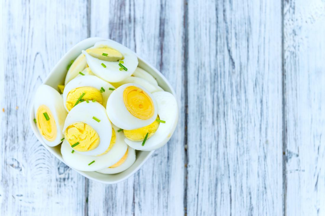 Ovos cozidos em uma mesa