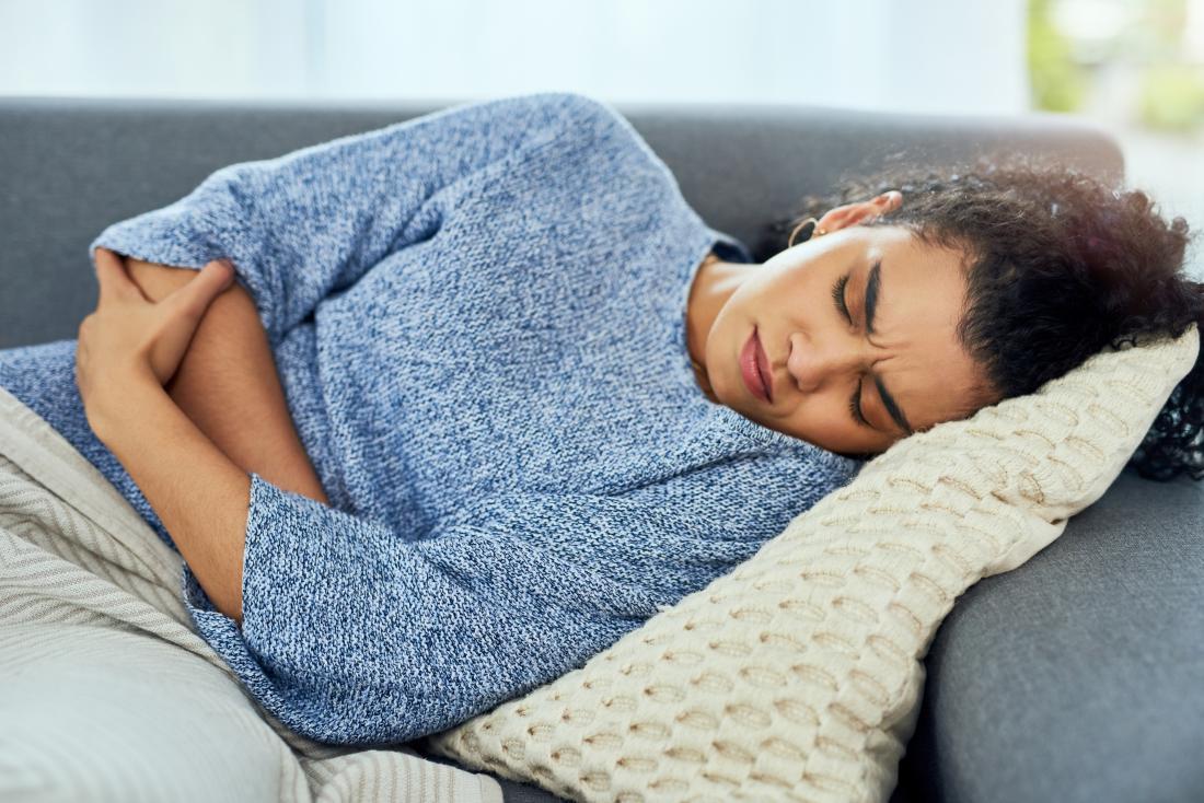 Femme tenant son estomac en raison de douleurs abdominales et de constipation