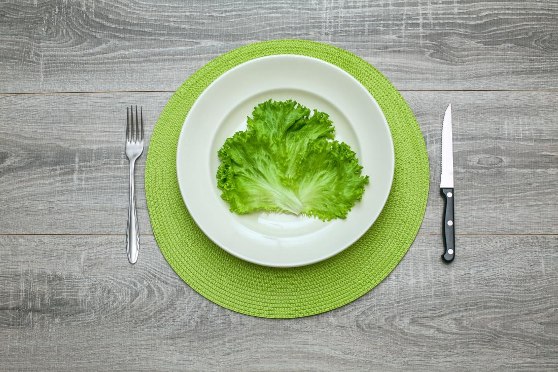 alface verde em um prato