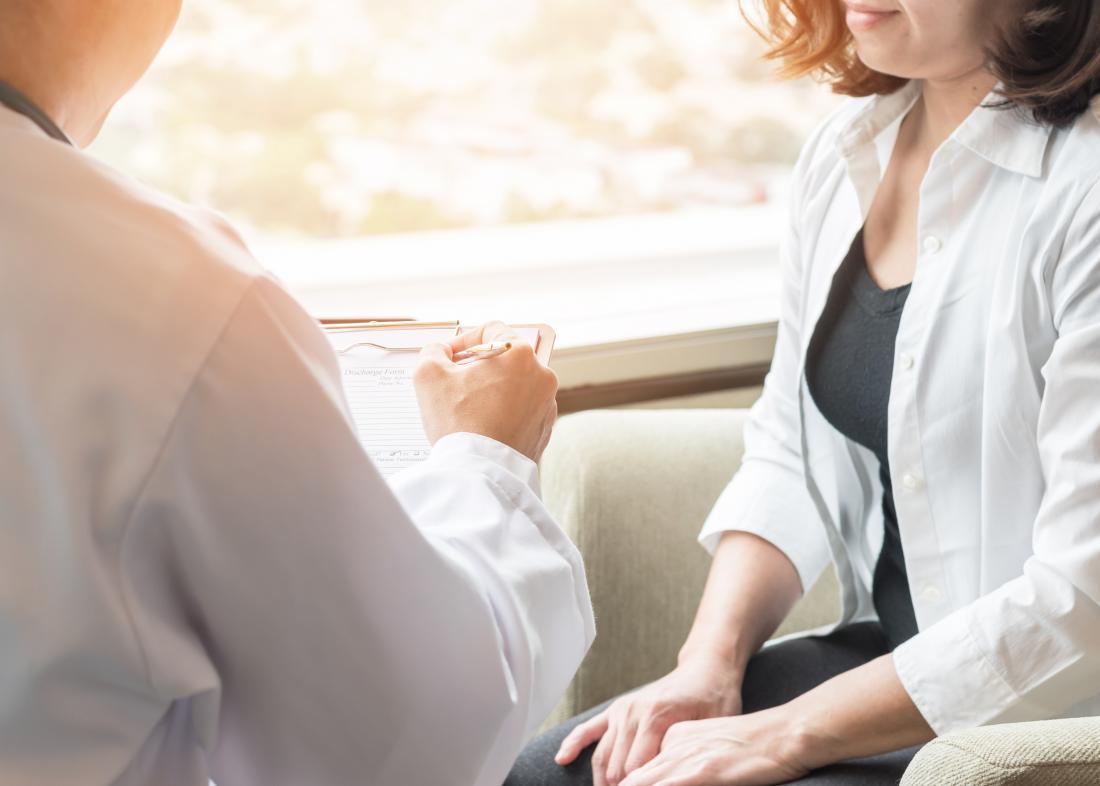 一个医生在讨论肛门疣。