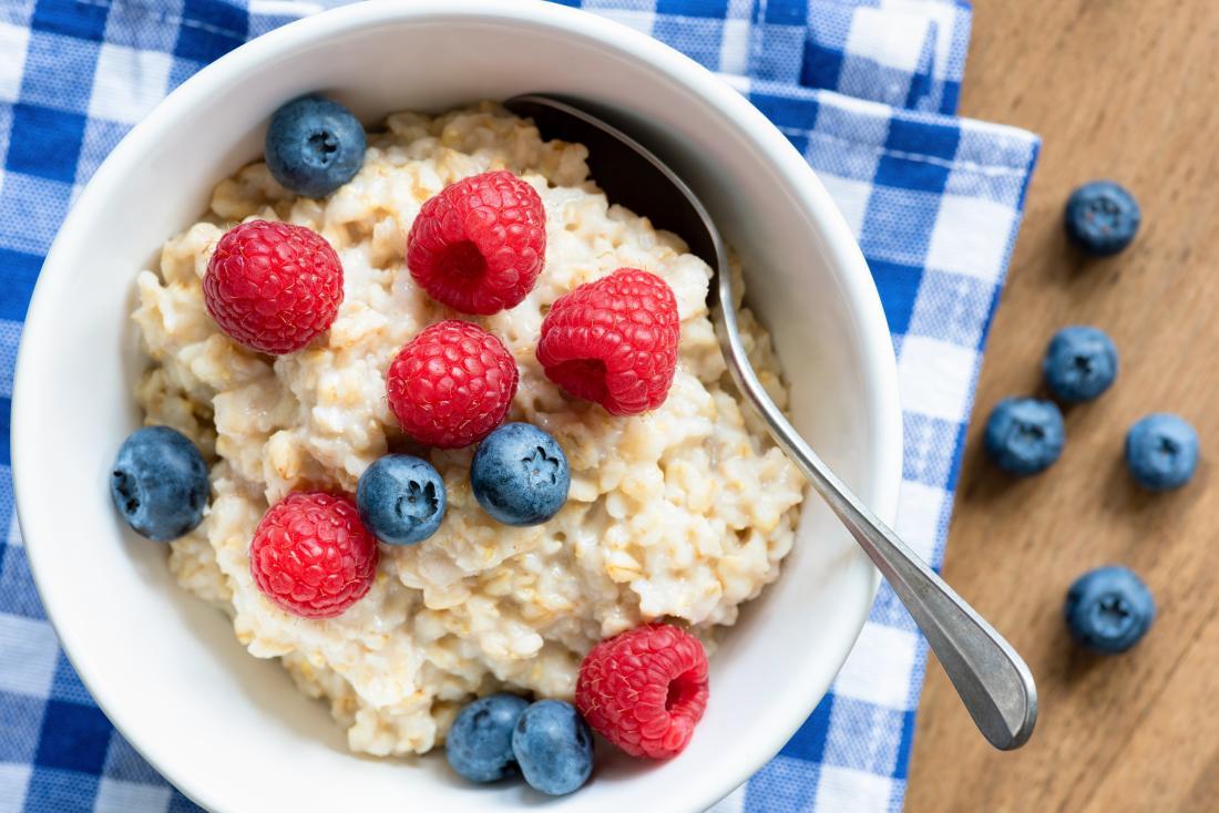 un bol de flocons d'avoine qui est l'un des meilleurs aliments de petit-déjeuner pour perdre du poids