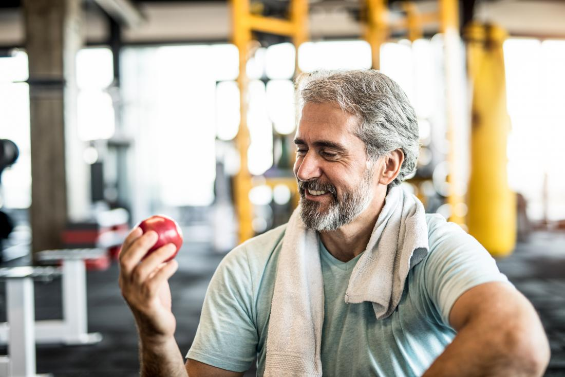 a man wondering How to calculate net carbs for the apple he is about to eat in the gym.