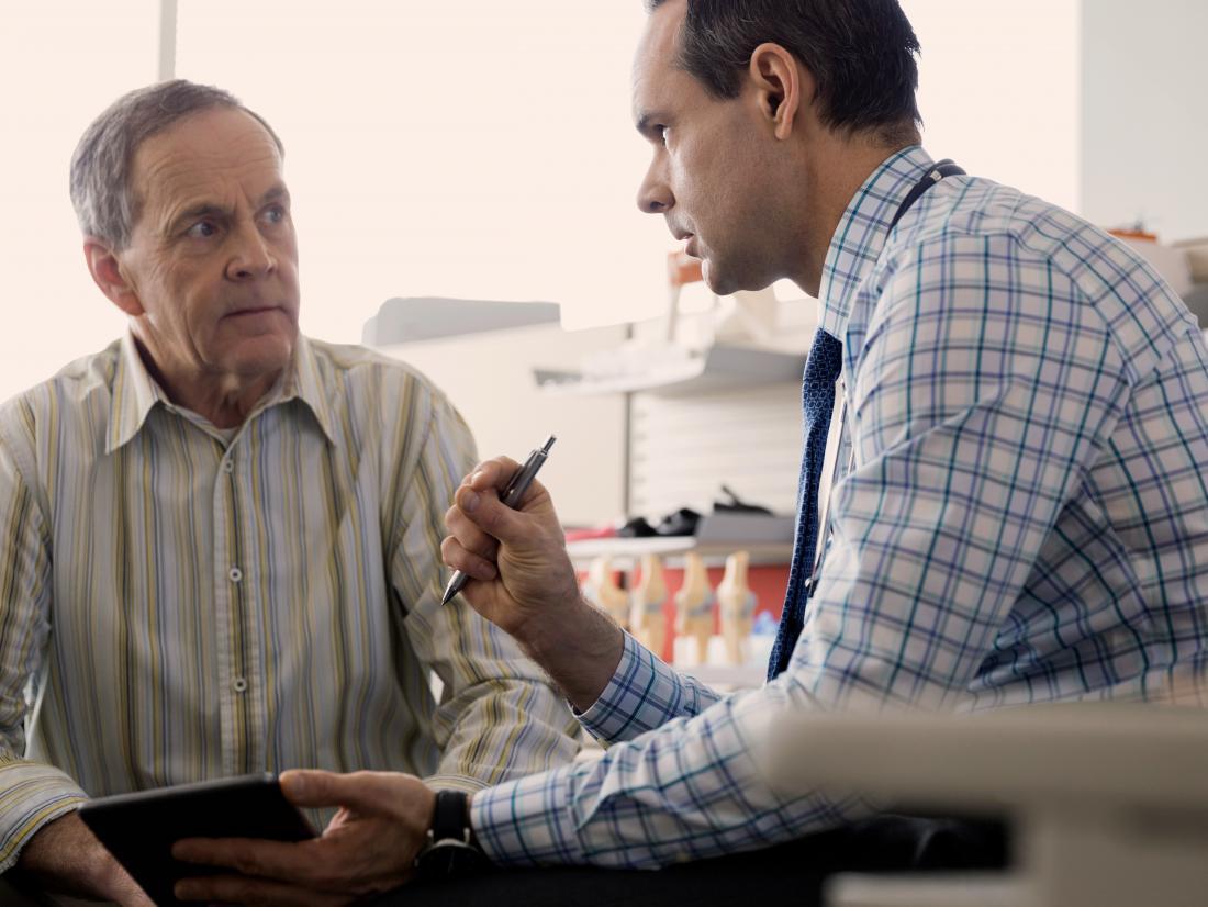 한 남자가 의사와 백신 부작용을 포진합니다.