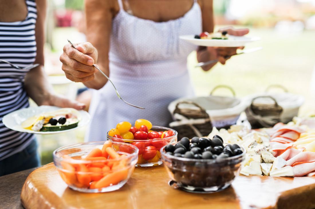 personas comiendo frutas y verduras