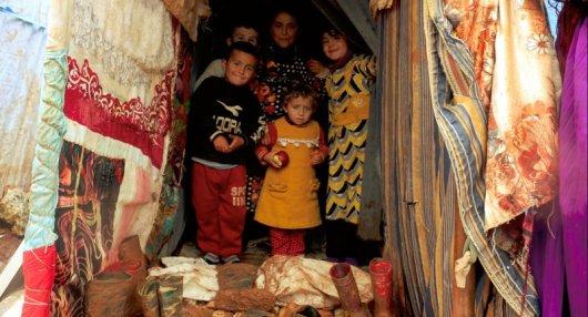 أطفال يتجمعون عند مدخل خيمتهم في مخيم الرحمة قرب بلدة أطمة تصوير جابر عويد (خاصة).jpg