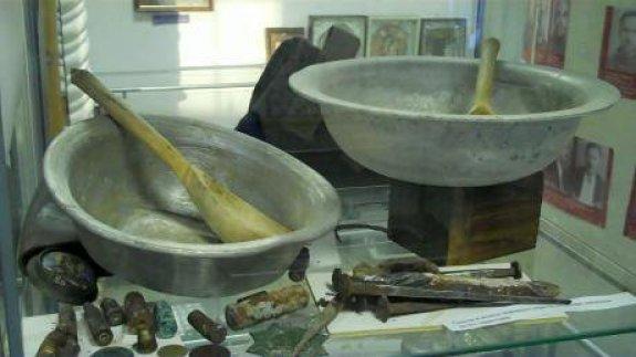 Stalowe miski i drewniane łyżki w Muzeum Więzienia Suchanowskaja.