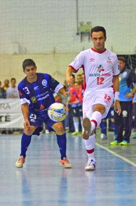 Taliba (à esquerda), da ADC Ford Futsal, marca o jogador Falcão; partida lotou o ginásio do Cemte (foto: Jonas Barbetta/ Top 10 Comunicação)
