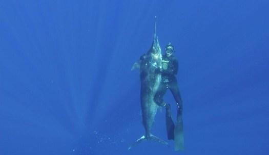 Mergulhador Cristiano Saes em alto mar ao lado do Marlin Negro - Foto: Acervo Cristiano Saes