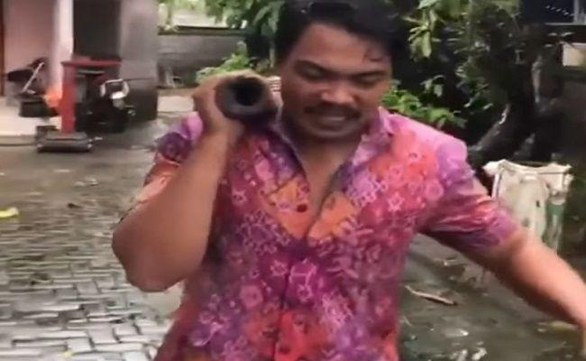 "VIRAL! Video 'Lelucon"" Pedagang Celeng di Bali Kenakan Baju Endek"