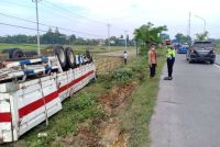 Hindari Kendaraan, Truk Tronton di Grobogan Njempalik