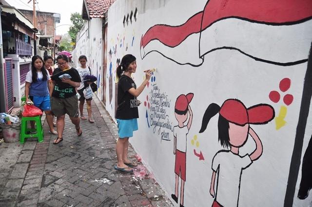 Mahasiswa Gelar Mural di Tembok Warga Kebomas