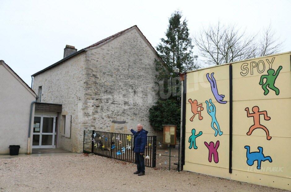 serge schweizer le maire de spoy devant la vieille maison en pierres autour de