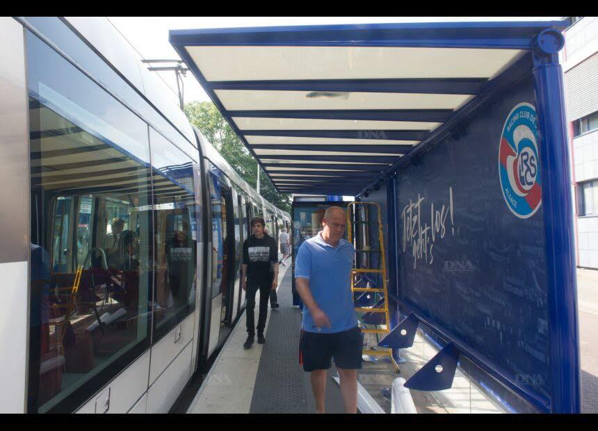 Ville de Strasbourg  Larrt de tramway Kimmeri Stade de la Meinau en bleu couleur du Racing