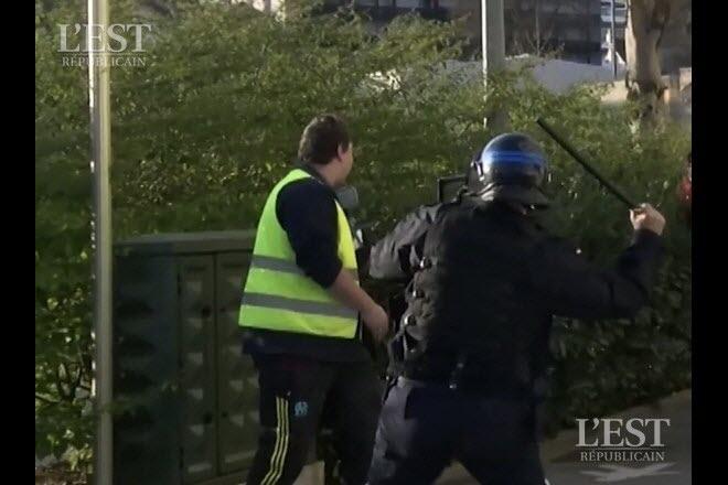 Le policier est arrivé dans le dos du jeune homme en lui assénant un violent coup de matraque. Capture d'écran Média 25/Radio Bip