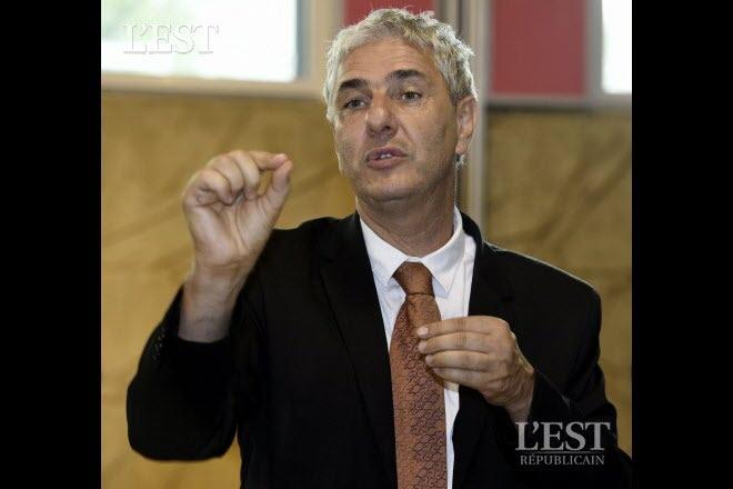Stéphane Hablot, maire de Vandoeuvre, a été très sensible à l'initiative de la maman d'AIma. Photo  AM