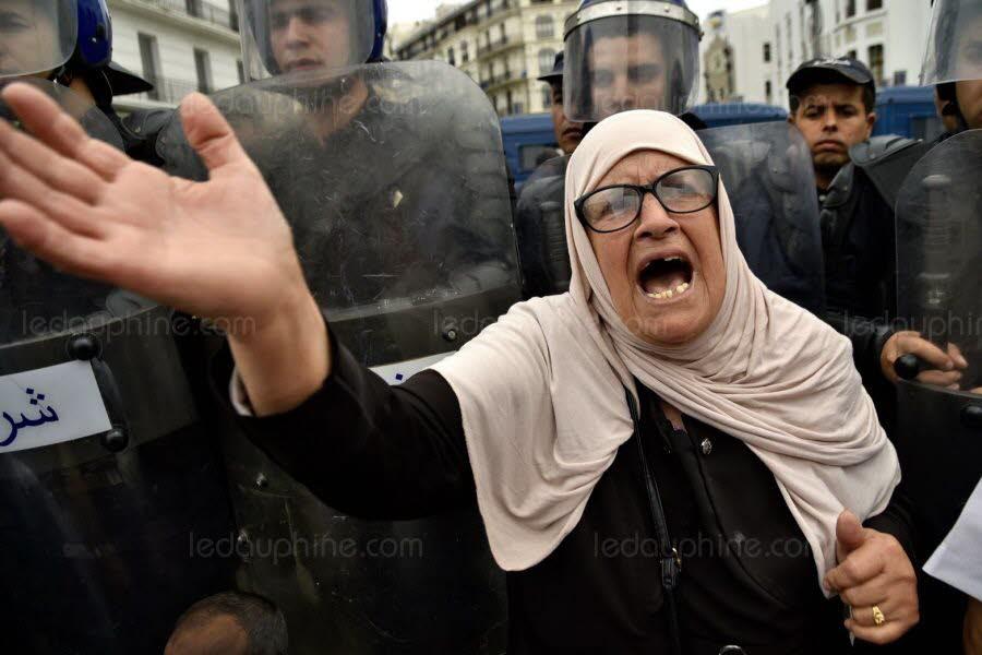 Une manifestante à Alger ce vendredi. Photo RYAD KRAMDI / AFP