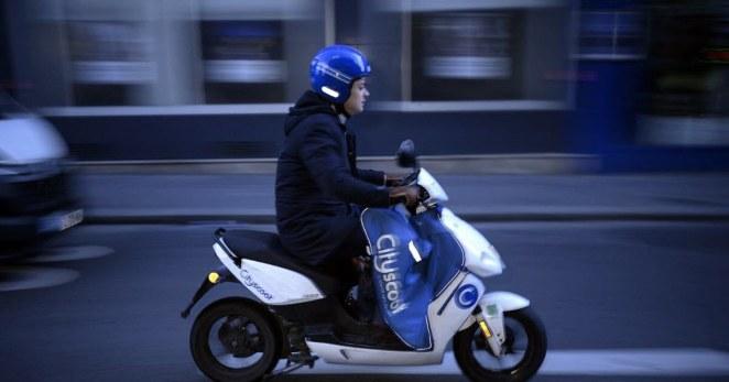 les motos et scooters thermiques devront payer le stationnement dès 2022